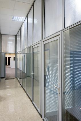 Перегородки из стекла с жалюзи и без с дверьми создают надлежащую рабочую обстановку